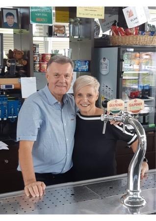 Horeca echtpaar achter de bar in de kantine van SV Simpelveld